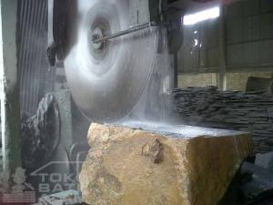 Proses Pemotongan Bongkahan Batu Alam