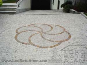 Contoh pemasangan batu andesit cobblestone untuk lantai carport