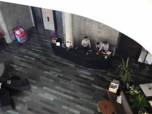 kombinasi batu alam di lobby artotel thamrin jakarta