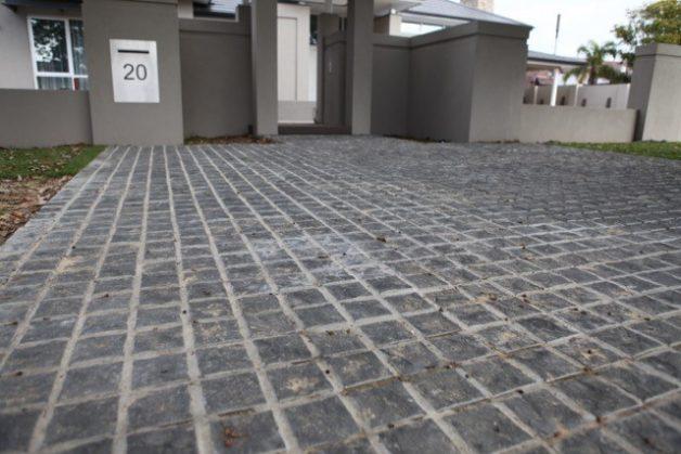 Jika penampilan carport di rumah Anda tidak menarik, Anda harus merenovasinya menggunakan batu alam untuk menghadirkan kesan mewah dan alami.
